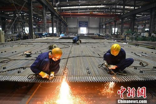 资料图:工厂里忙碌的工人。<a target='_blank' href='http://www.chinanews.com/'>中新社</a>记者 张浪 摄